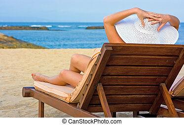 longue, sentando, chaise, chapéu branco, menina