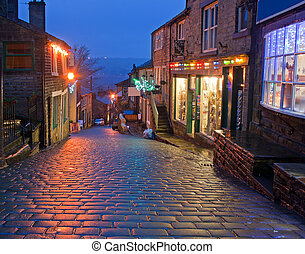 Main Street in Haworth, Yorkshire, UK, at Christmas time -...