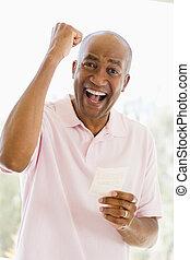 loteria, fort bilet, uśmiechanie się, podniecony, człowiek