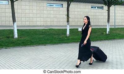 lotnisko, ciągnący, vacation., uśmiechanie się, pasażer, walizka, brama, samica, postępowanie, przez, zgromadzenie, wyjście