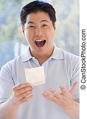 lotteri, att segra etiketterar, le, spänd, man