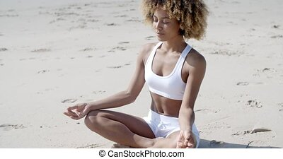 lotus position, femme méditer, plage
