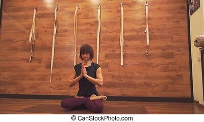 lotus position, femme, sérieux, séance