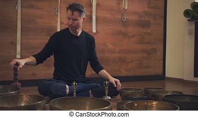 lotus, tibétain, bols, position, assied, chant, homme