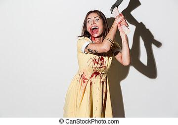 louco, gritando, zombie, mulher vestido, atacar, com, um, machado