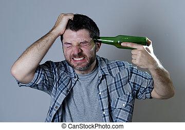 loucos, segurando cabeça, garrafa, handgun, cerveja, homem ...