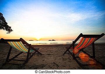 loungers, ligado, a, desertado, costa, mar, em, amanhecer
