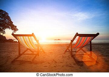 loungers, ligado, a, desertado, costa, mar, em, sunrise.