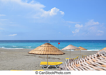 loungers sol, e, parasols, ligado, um, desertado, praia, a, conceito, de, um, perfeitos, férias, espaço cópia