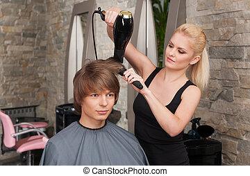 loura, femininas, cabeleireiras, secar, cabelo, de, homem, client., jovem, atraente, assento homem, em, salão cabelo