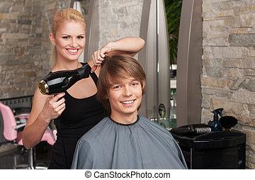 loura, femininas, cabeleireiras, secar, cabelo, de, homem, client., perfil, de, feliz, assento homem, em, salão cabelo, e, sorrindo