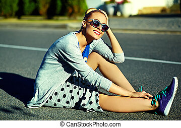 loura, hipster, bonito, engraçado, jovem, sentando, excitado, modelo, verão, mulher sorri, elegante, roupas, rua