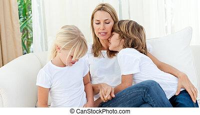 loura, mãe, tendo divertimento, com, dela, crianças