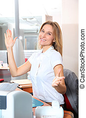 loura, mulher, escritório, trabalhando