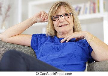 loura, mulher, maduras, retrato, relaxante, sofá