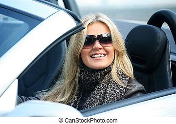 loura, mulher sorridente, um carro