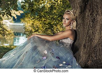 loura, senhora jovem, inclinar-se, a, árvore
