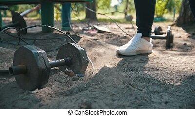 lourd, athlète, chutes, pieds, sable, espadrilles, fer, devant, blanc, haltère
