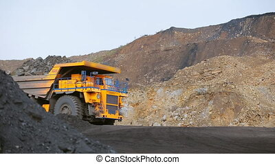 lourd, coal-laden, camion, route, décharge, feuilles