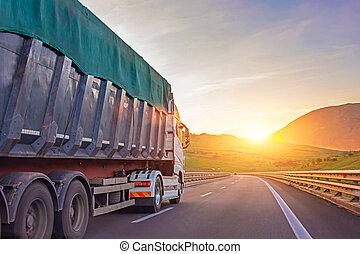 lourd, montagne, concept, fond, cargaison, transport., ciel, contre, autoroute, clair, soir, camion, caravane, fret, marchandises, promenades, route, sunset.