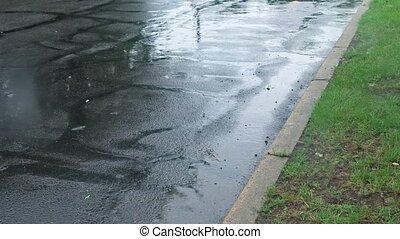 lourd, ville, averse, pluie, rue, pendant, tomber, gouttes