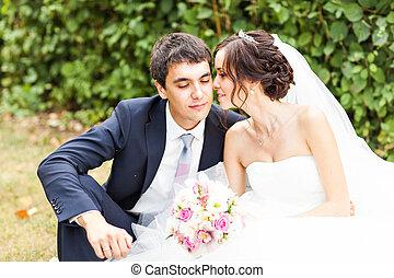 lovász, és, menyasszony, alatt, egy, park., esküvő, dress., bridal bouquet, közül, menstruáció