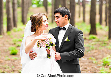 lovász, és, menyasszony, alatt, egy, park., lakodalmi, esküvő bouquet, közül, menstruáció