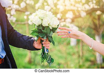 lovász, ad, övé, menyasszony, egy, gyönyörű, esküvő bouquet