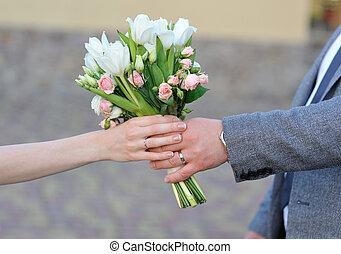 lovász, ad, a, menyasszony, egy, esküvő bouquet