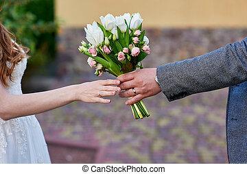 lovász, ad, a, menyasszony, egy, esküvő bouquet, közül, menstruáció