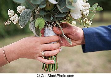lovász, ad, a, menyasszony, egy, esküvő bouquet, közelkép