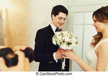 lovász, ad, fordíts, a, menyasszony, egy, tender, esküvő bouquet