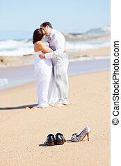 lovász, csókolózás, menyasszony, képben látható, tengerpart