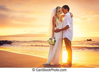 lovász, tengerpart, romantikus összekapcsol, házas, tropikus, menyasszony, gyönyörű, napnyugta, csókolózás