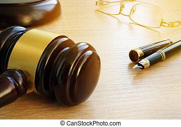 lov, concept., dommer, gavel, pen og, glas på, en, træagtigt skrivebord, ind, en, courtroom.