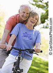 lovagol, párosít, idősebb ember, biciklizik