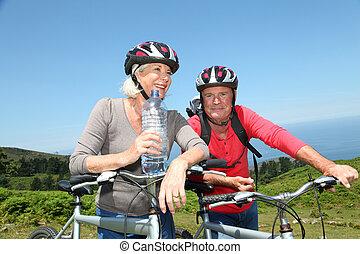 lovagol, víz, bicikli, ivás, közben, senior összekapcsol