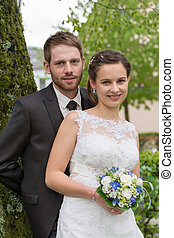 Loving bride and groom in the park - frisch verheiratetes...
