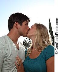 lovingl, beijando, par, encantador, jovem