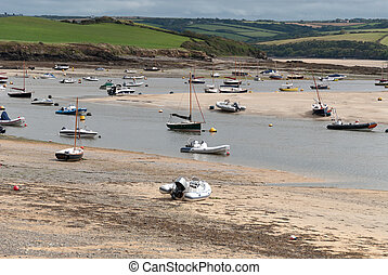 low tide in Cornwall - Boats at low tide in Wadebridge in...