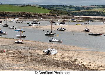 low tide in Cornwall - Boats at low tide in Wadebridge in...