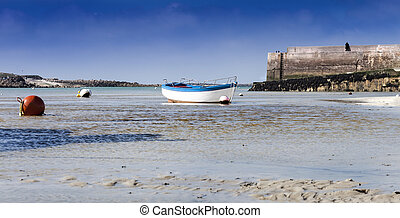 Low tide - The famous small bay of Portsall, france in low...