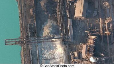 luchtmening, op, geïndustrialiseerde, stad, met, lucht, atmosfeer, en, rivier, watervervuiling, van, metallurgical, plant, dichtbij, sea., vieze , rook, en, smog, van, pijpen, van, staal, fabriek, en, stoot, furnaces., ecologisch