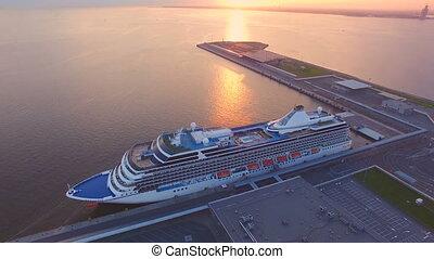 luchtmening, van, de, cruiseschip, in, haven, op, ondergaande zon