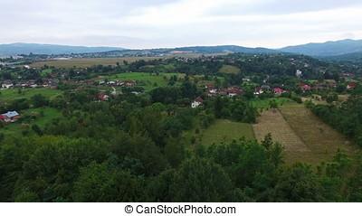 luchtopnames, panorama, op, berg dorp, en, groen bos, heuvels