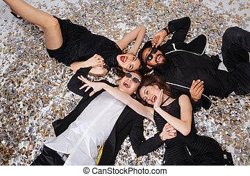 ludzie, śmiech, confetti, szczęśliwy, podniecony, leżący,...