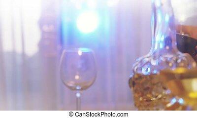 ludzie, żeby zrobić, bułka przypiekana, z, wino, w, powolny ruch, na, przedimek określony przed rzeczownikami, święto, stół, z, światła, bokeh, na, tło.