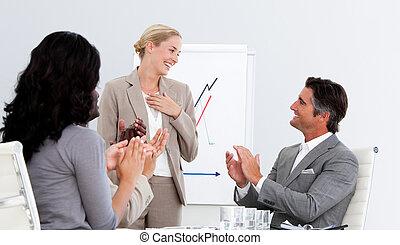 ludzie, dobry, oklaskując, prezentacja, handlowy, uśmiechanie się