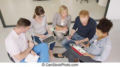 ludzie, dyskutując, wykresy, w, biuro