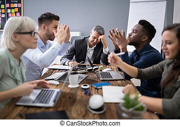 ludzie handlowe, argumentując, spotkanie
